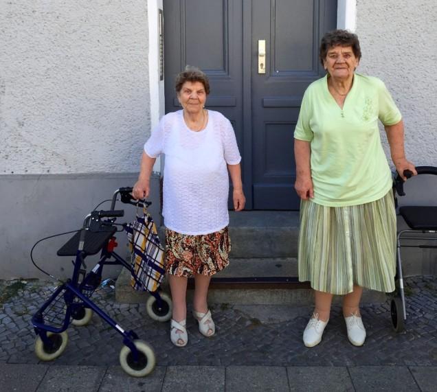 Inge (links, 87) en Irma (90) voor hun oude huis aan de Gustav-Adolf-Strasse 17 in Weissensee